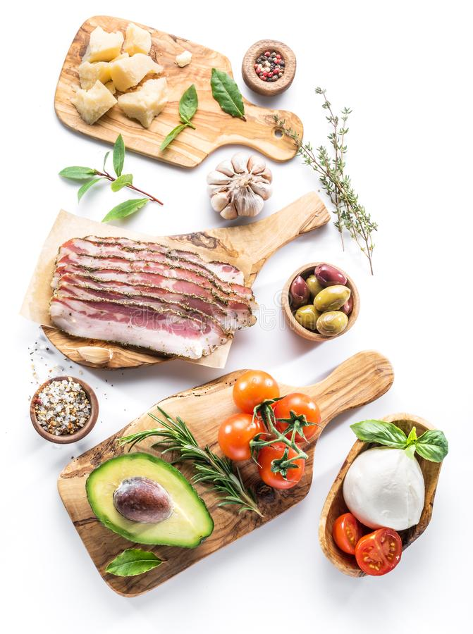Mångfald av populär italiensk mat mot vit bakgrund Överkant royaltyfri foto