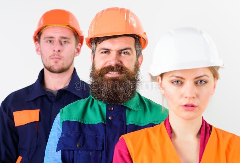 Mångfald i kollektivt begrepp Kvinna och män i hårda hattar arkivfoto