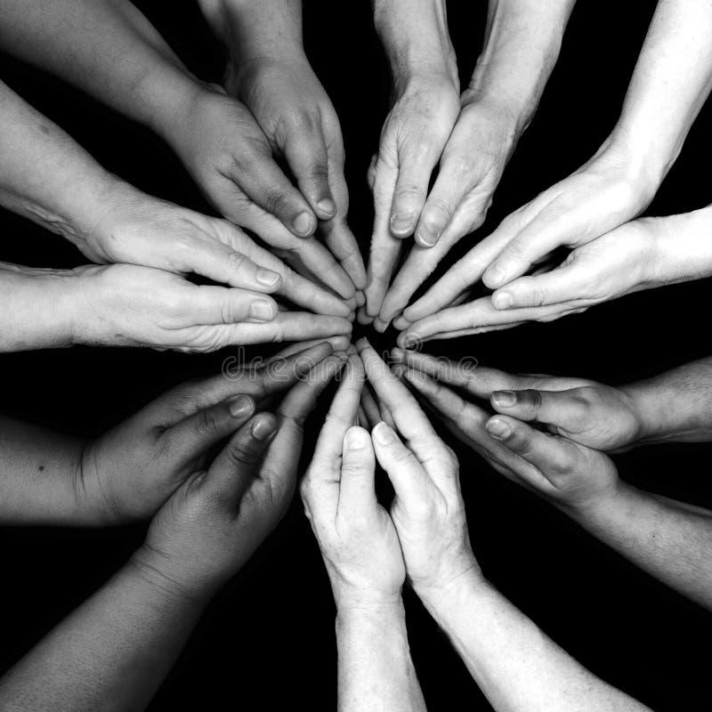 Mångfaldkvinnors händer för bemyndigande av färg royaltyfri fotografi