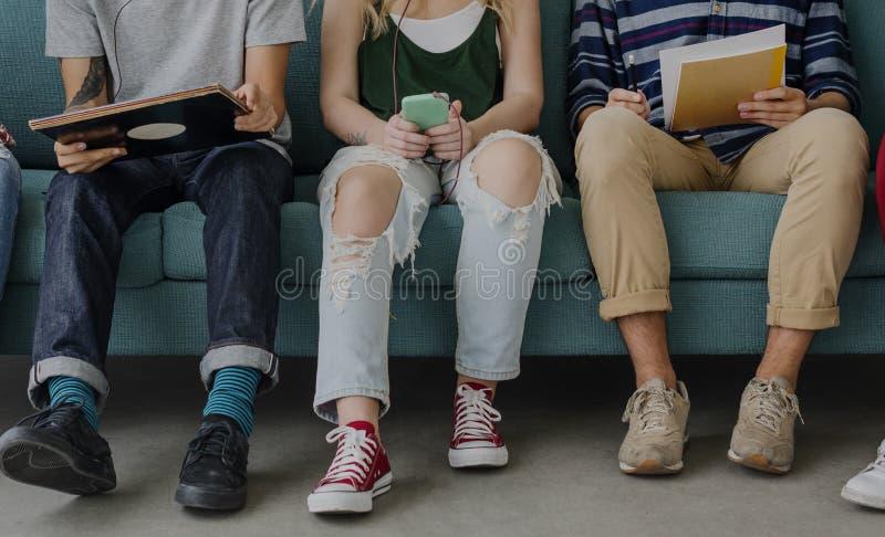 Mångfaldtonårstudenter kopplar av Team Concept arkivbilder