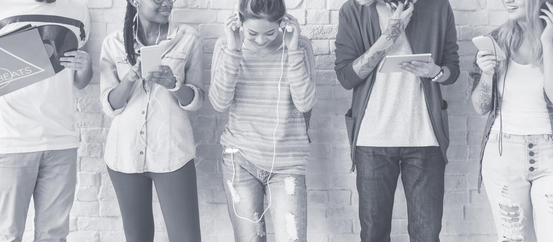 Mångfaldtonårstudenter kopplar av Team Concept fotografering för bildbyråer