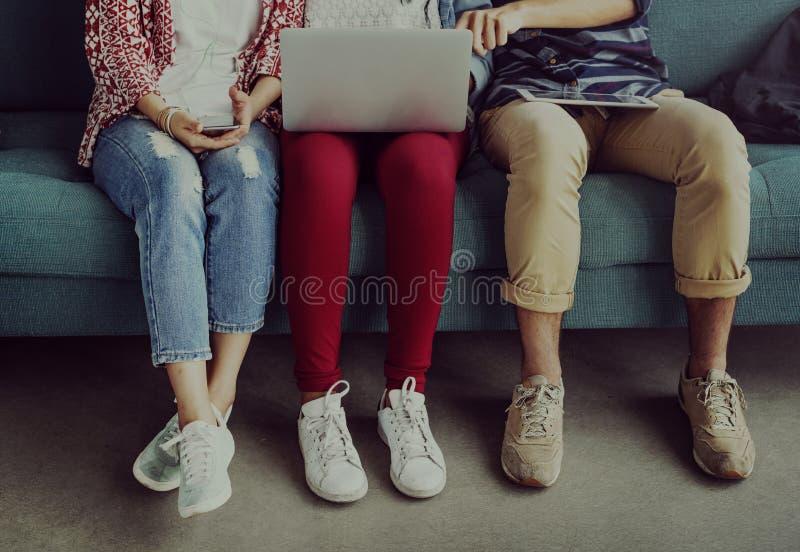 Mångfaldtonårstudenter kopplar av Team Concept royaltyfri bild