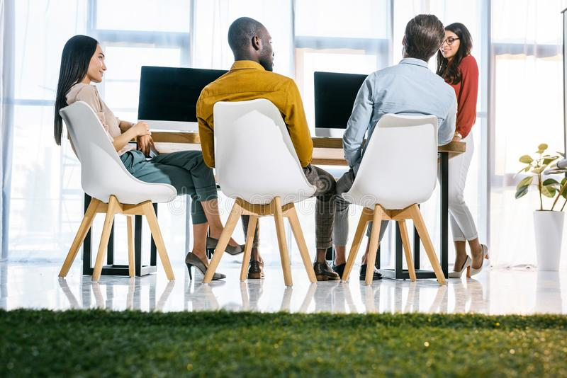 mångkulturell grupp av affärsfolk som har möte på arbetsplatsen arkivbild