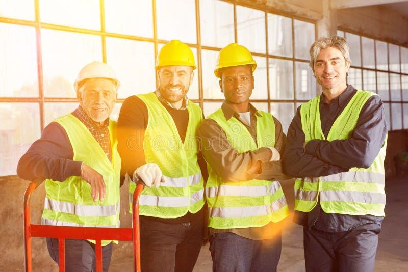 Mångkulturell grupp av lagerarbetare i branschen royaltyfri fotografi
