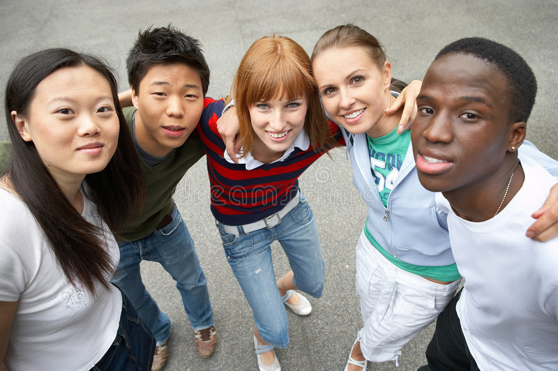 mångkulturell packe för fem vänner royaltyfria bilder