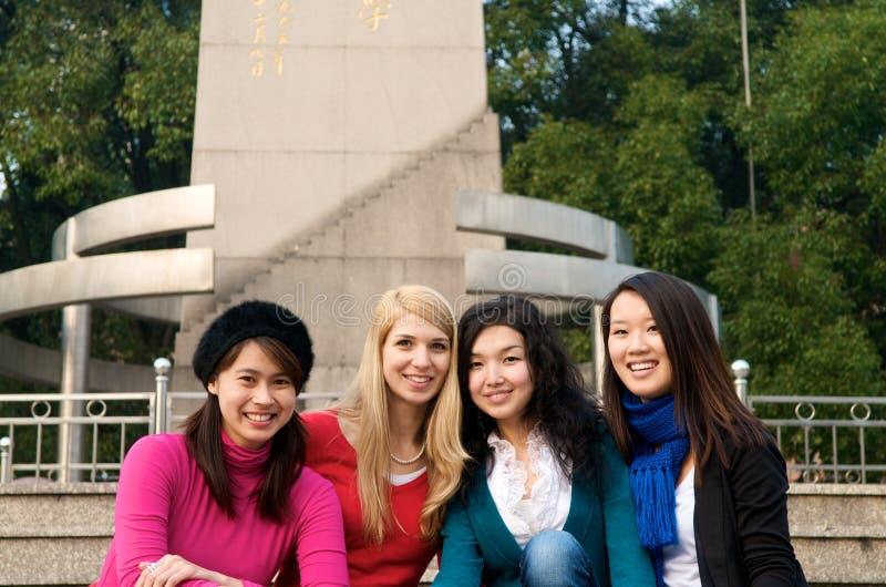 mångkulturella högskolaflickor royaltyfria bilder