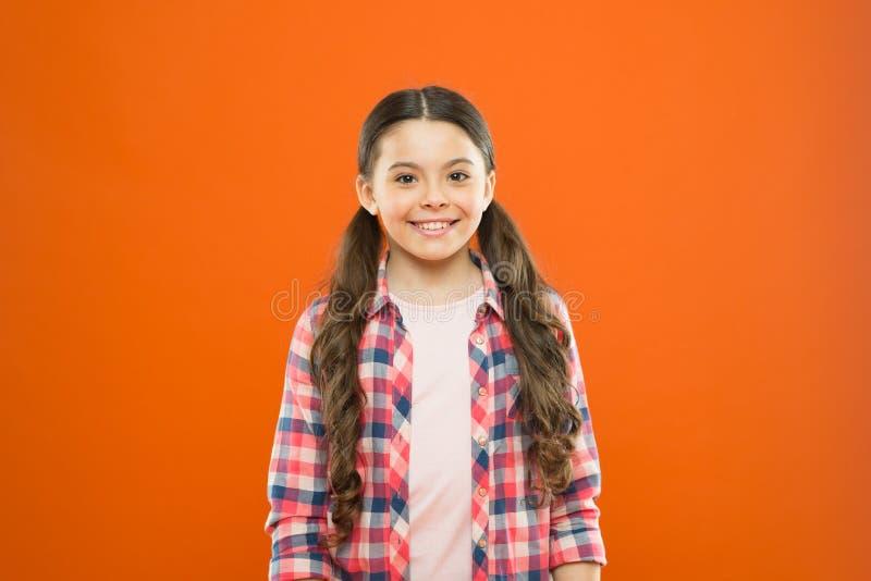 M?ngsidig personlighet f?r uppfostran Wellbeing och h?lsa Barndombegrepp Orange bakgrund f?r flickabarnst?llning Lyckligt arkivbild