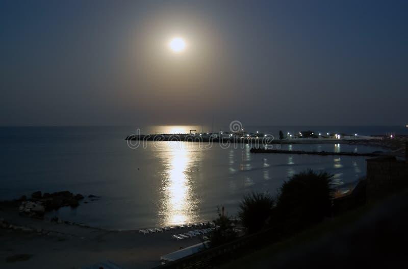 Månsken och promenad av stranden på den rumänska havssemesterorten i natt royaltyfri foto