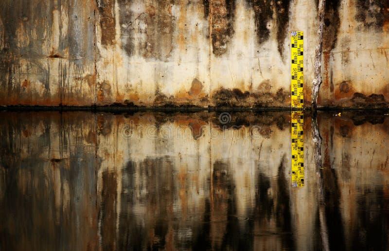 Mått för vattennivå arkivbilder