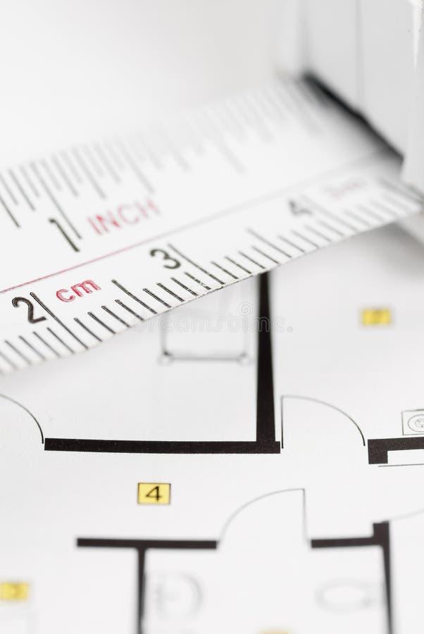 Måttbandet på arkitekt planerar. arkivfoto
