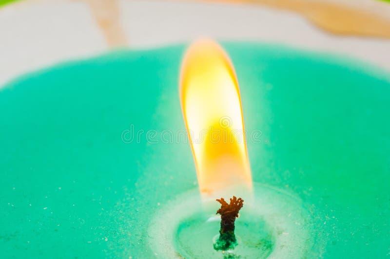 Mèche brûlante de bougie avec le plan rapproché bleu de cire sur le fond noir Macro tir photographie stock libre de droits