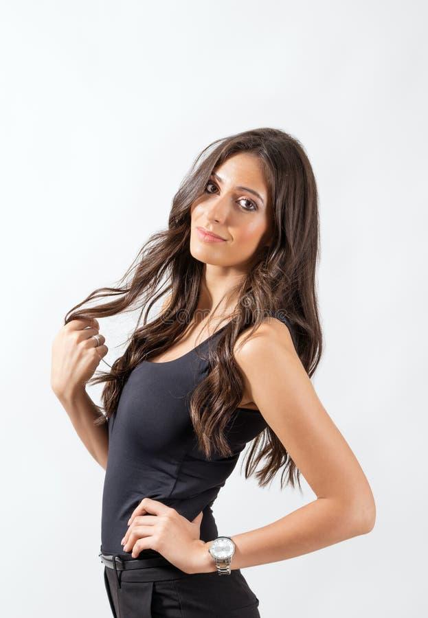 Mèche de tournoiement de beauté latine magnifique de ses longs cheveux foncés sains images libres de droits