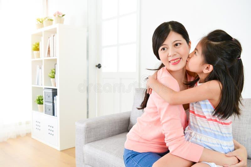 Mère élégante de baiser d'enfants de fille assez petite images libres de droits