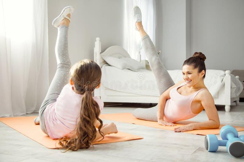 Mère énergique et fille faisant des exercices photo stock
