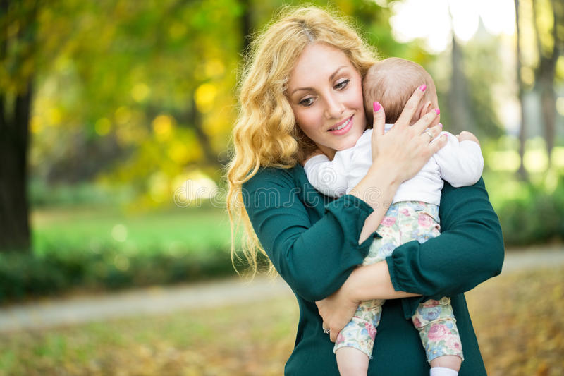 Mère étreignant son bébé photo libre de droits