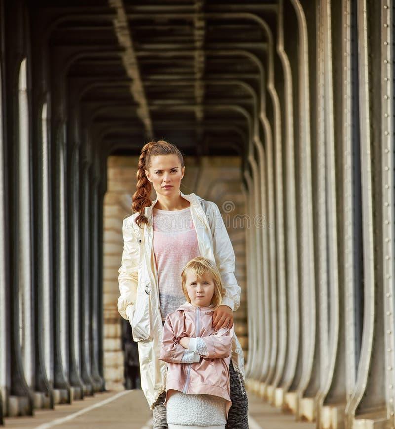 Mère active et enfant se tenant sur le pont de Pont de BIR-Hakeim photographie stock