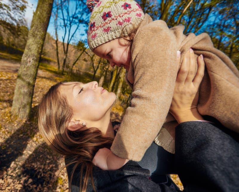 Mère affectueuse avec le descendant photographie stock