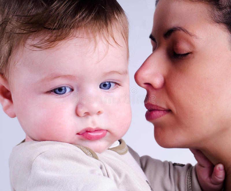 Mère affectueuse et son bébé photo stock
