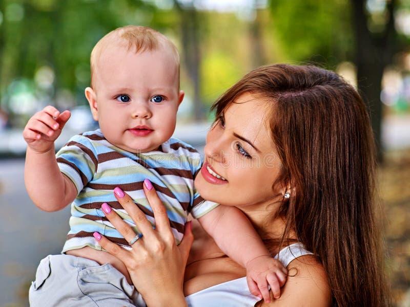 Mère affectueuse heureuse et son bébé dehors photo stock