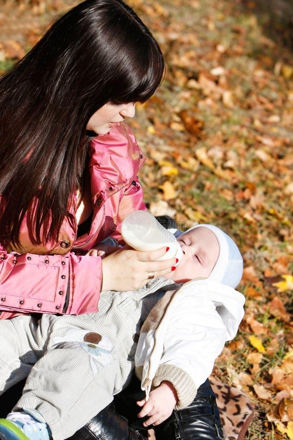 Mère alimentant sa chéri images libres de droits