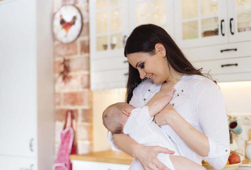 Mère allaitant au sein sa chéri images libres de droits
