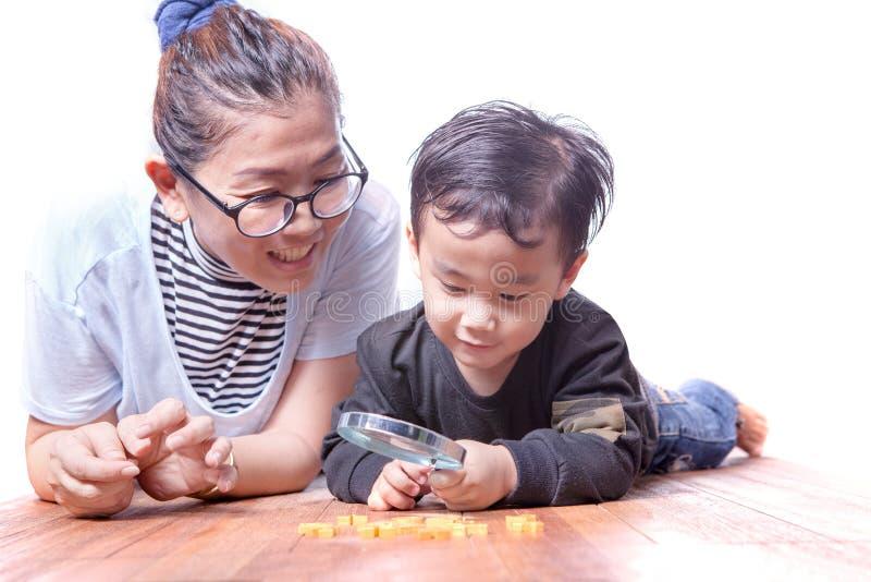 Mère asiatique et enfants de famille jouant sur le plancher en bois photo stock
