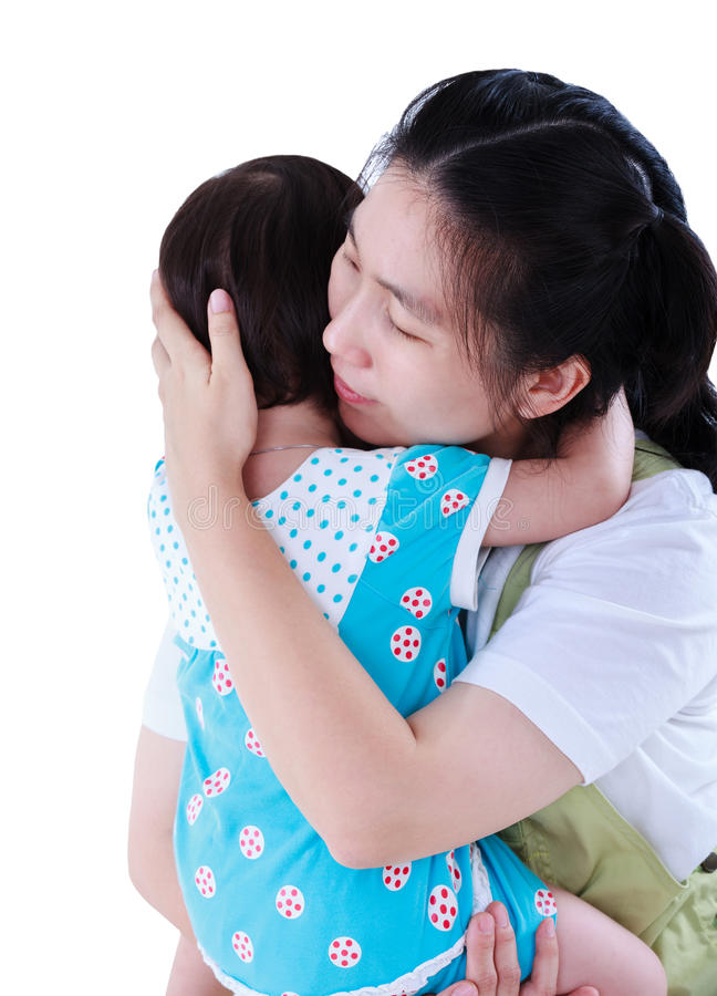Mère asiatique heureuse portant sa fille D'isolement sur le dos de blanc photos stock