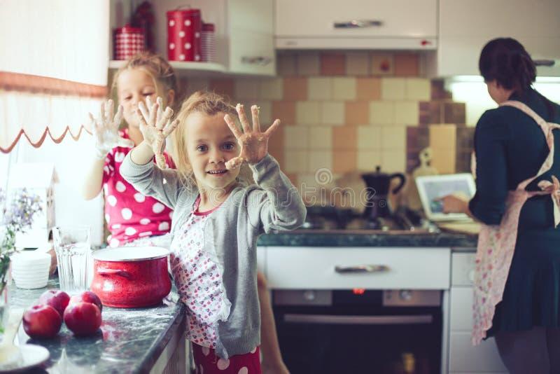 Mère avec des enfants à la cuisine photographie stock libre de droits