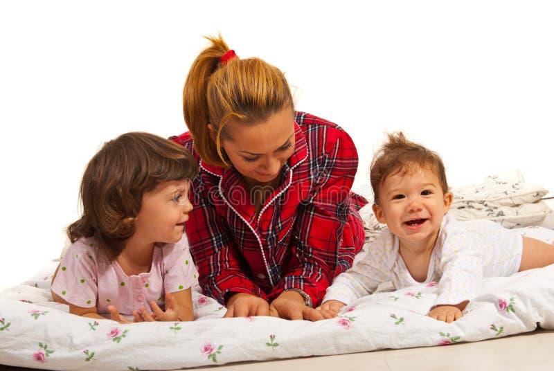 Mère avec des enfants ayant l'amusement image libre de droits