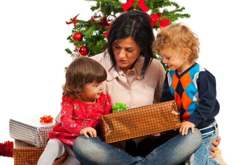 Mère avec des enfants sous l'arbre de Noël images libres de droits