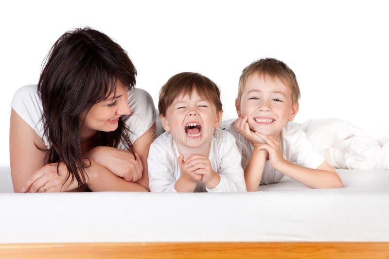 Mère avec deux enfants photographie stock