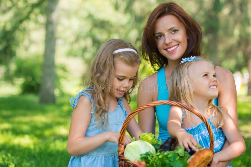 Mère avec deux filles en parc photo stock