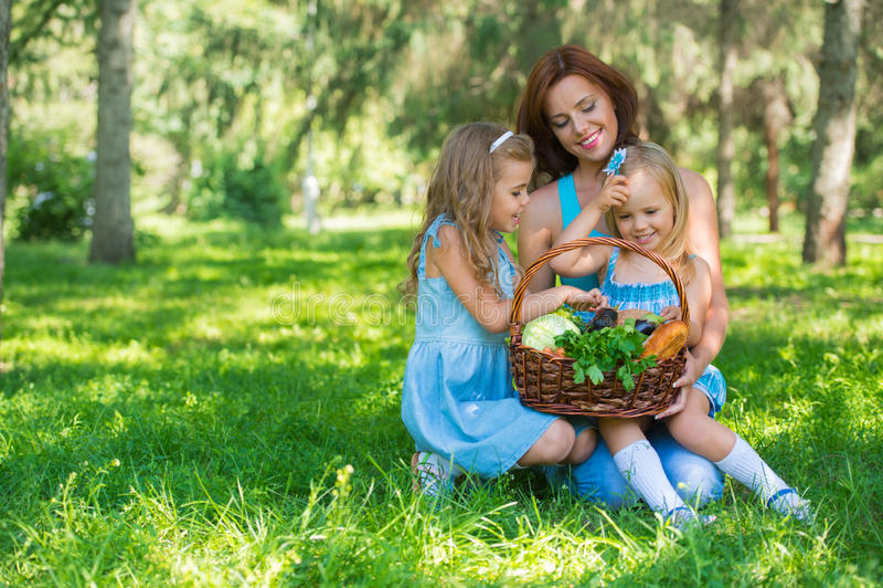 Mère avec deux filles en parc image stock