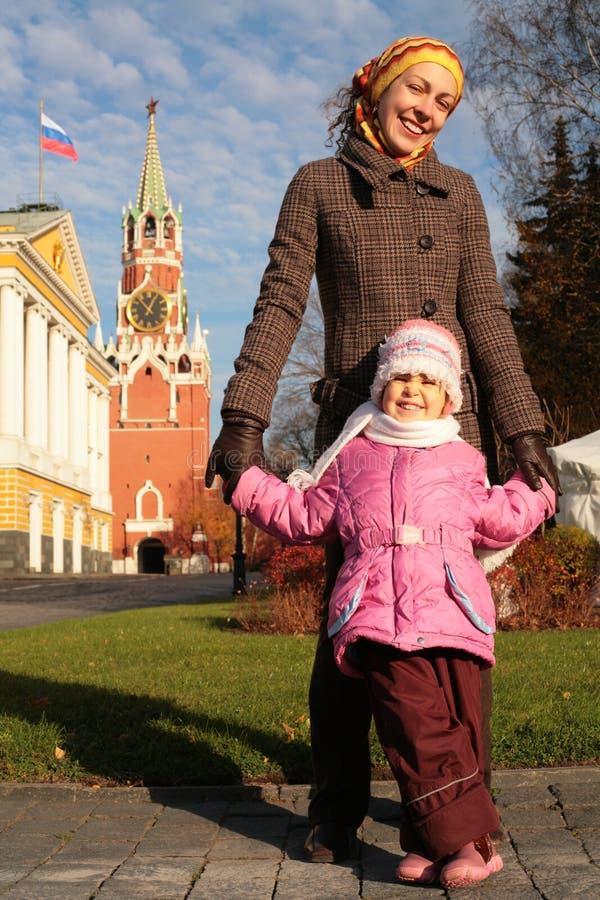 Mère avec l'enfant dans Kremlin photos stock