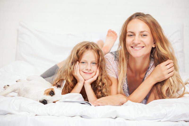 Mère avec l'enfant dans le lit famille photo libre de droits