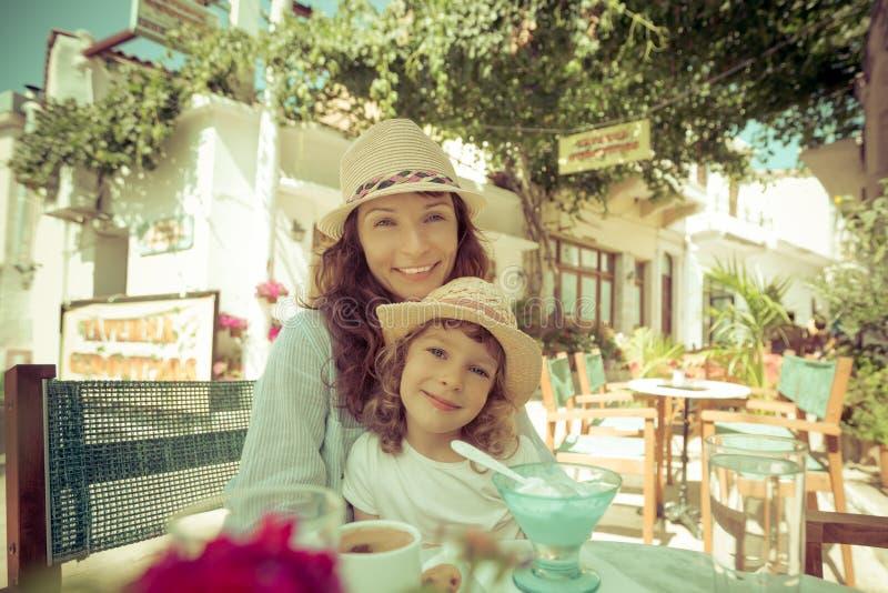Mère avec l'enfant en café d'été photos stock