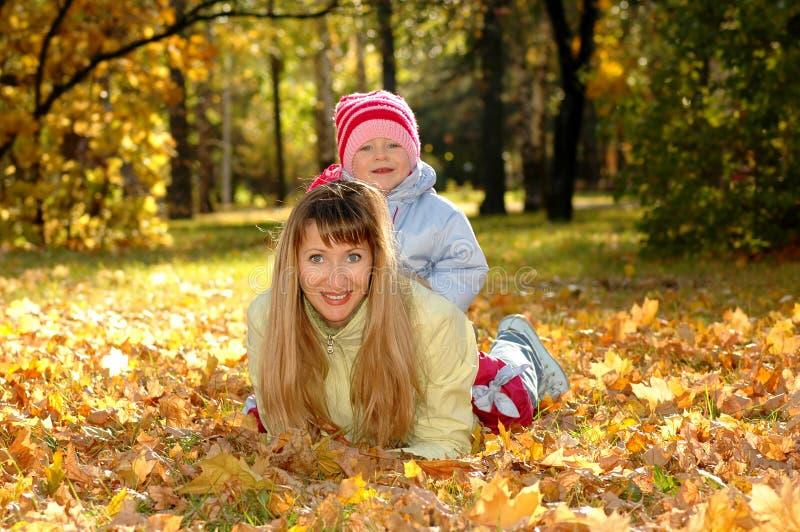 Mère avec l'enfant en stationnement photo libre de droits