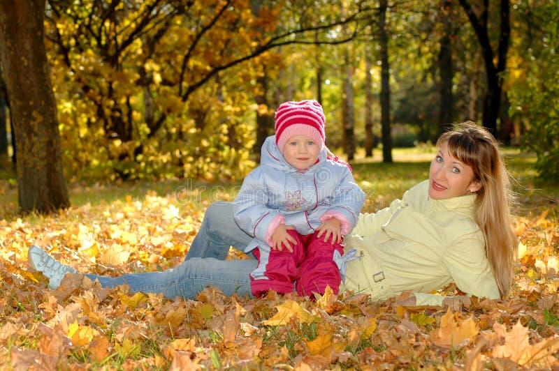 Mère avec l'enfant en stationnement photographie stock libre de droits