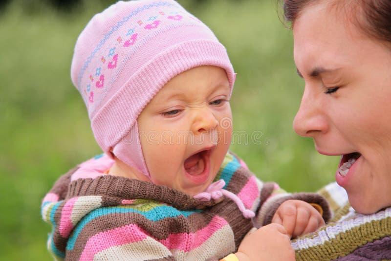 Mère avec l'enfant ils baîllent images libres de droits