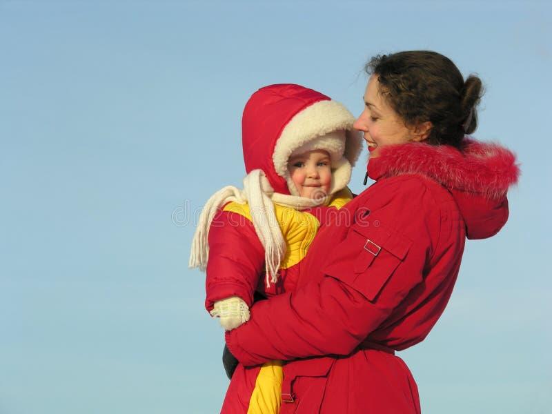 Mère avec la chéri. l'hiver images stock