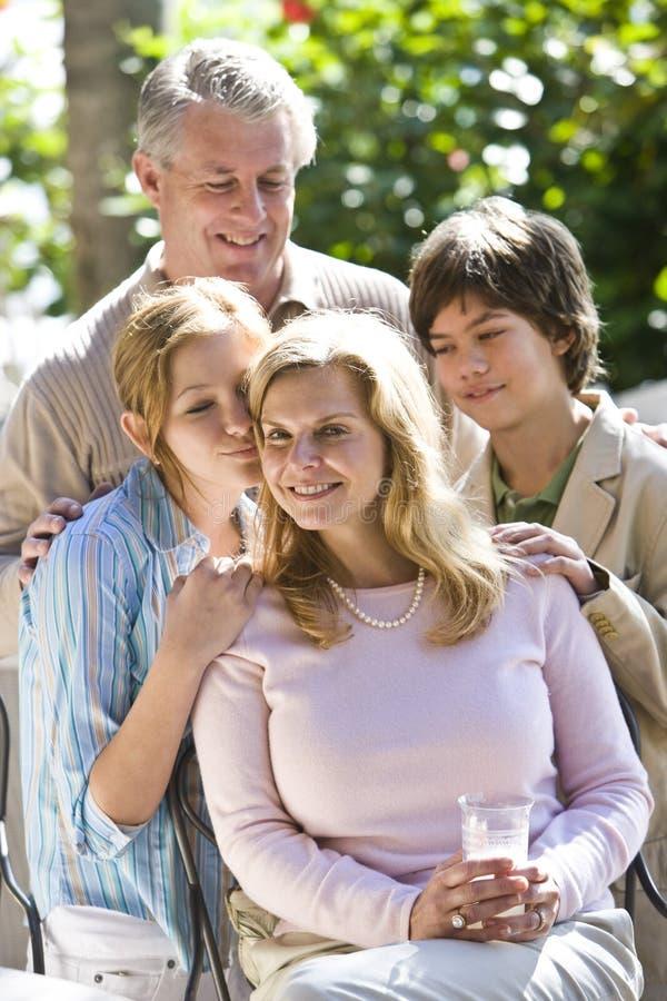 Mère avec la famille affectueuse image libre de droits