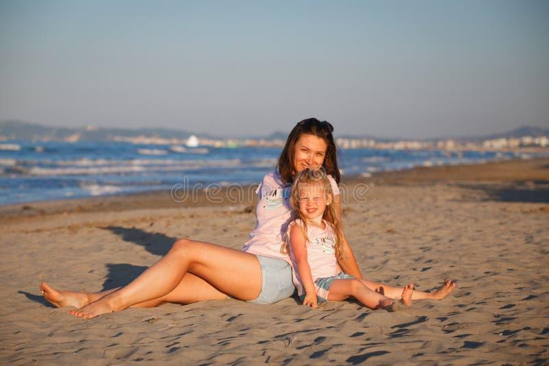 Mère avec la fille à Rimini images stock