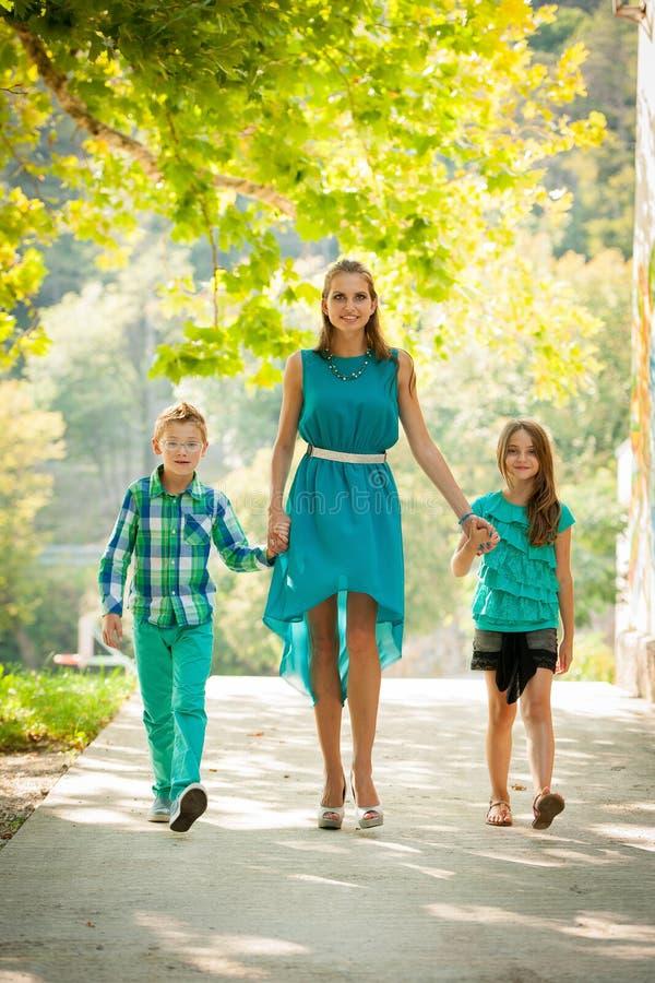 Mère avec la fille d'ADN de fils sur une promenade en parc photo libre de droits