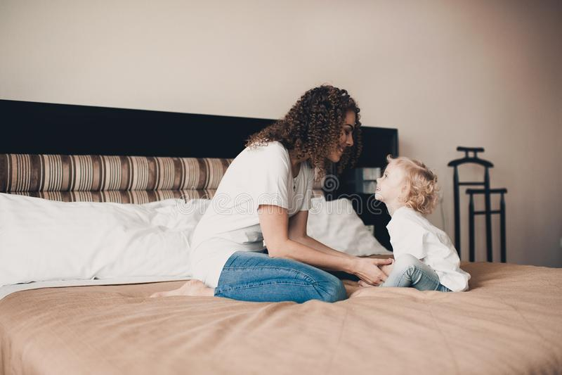 Mère avec la fille dans la chambre photographie stock libre de droits