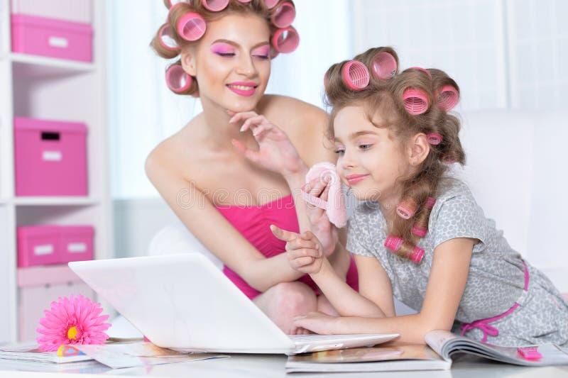 Mère avec la fille mignonne faisant le maquillage photographie stock