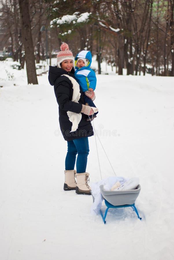 Mère avec le bébé en parc d'hiver photos libres de droits