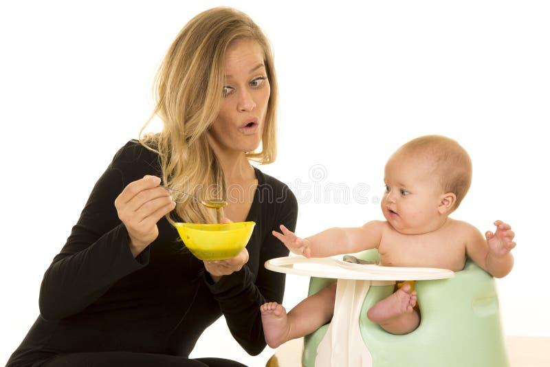 Mère avec le bol de nourriture pour le bébé photos libres de droits