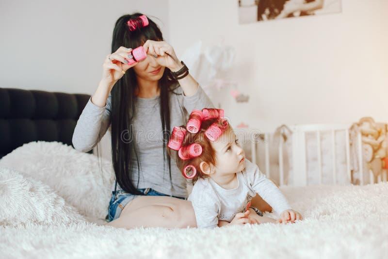 Mère avec le descendant mignon photos stock