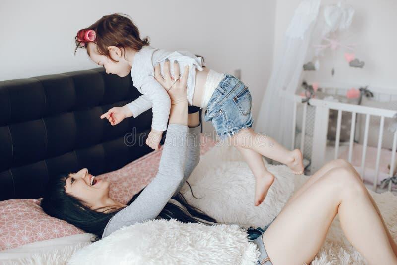 Mère avec le descendant mignon photo stock