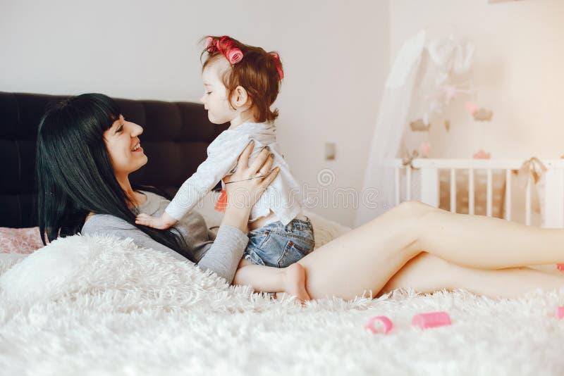 Mère avec le descendant mignon image stock
